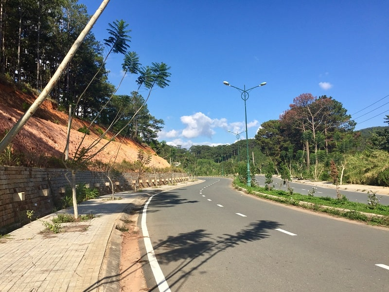 a road in dalat with no traffic