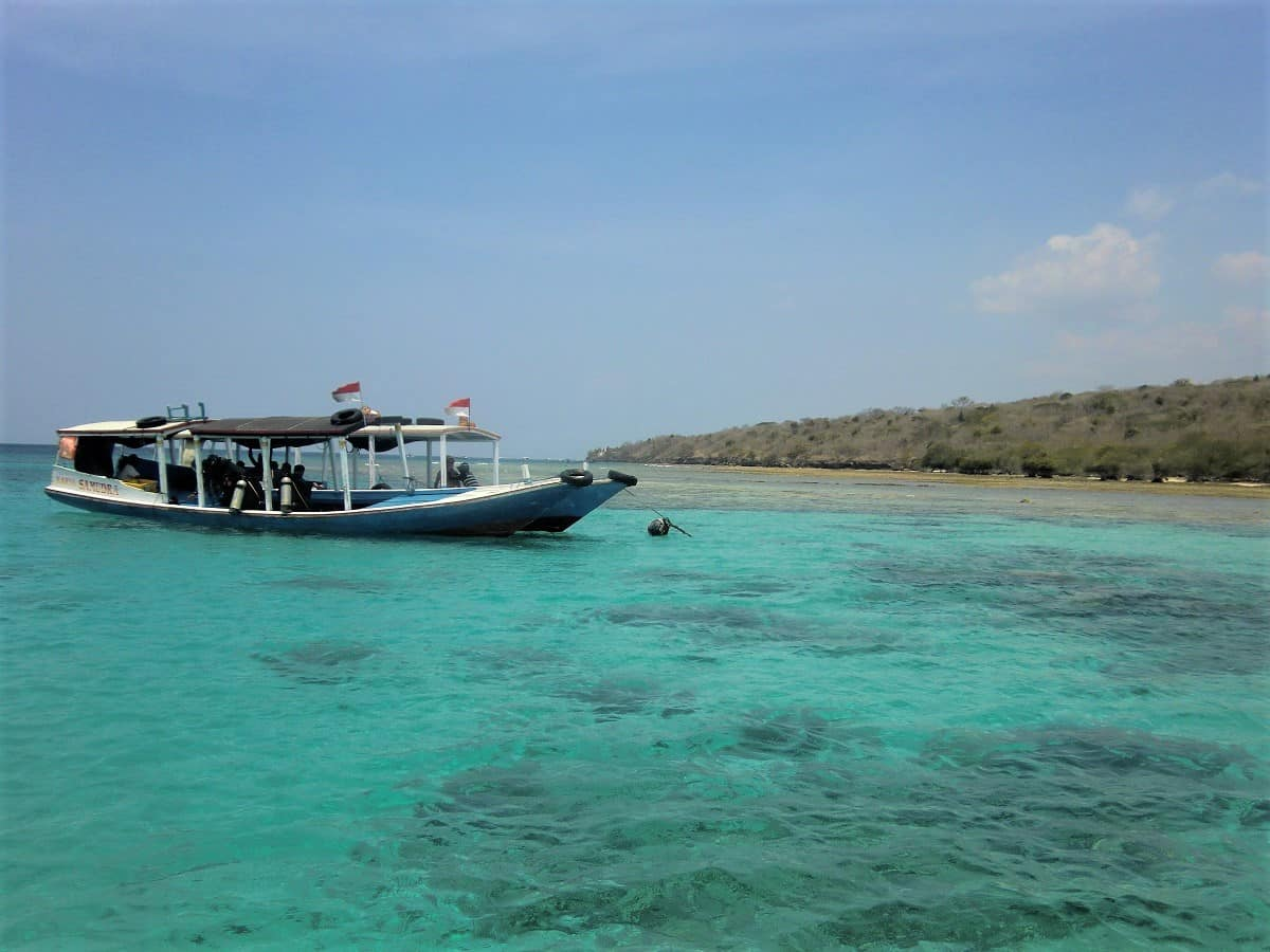 bali diving boat in turqoise blue water